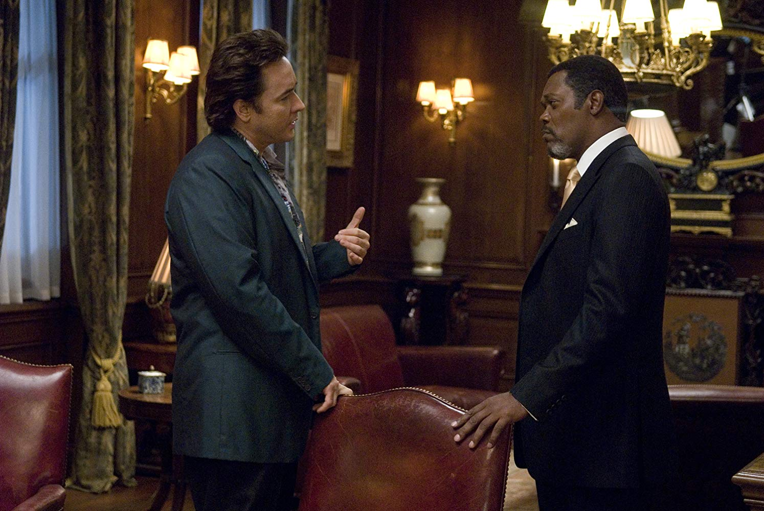 Ghost hunter John Cusack and hotel manager Samuel L. Jackson in 1408 (2007)