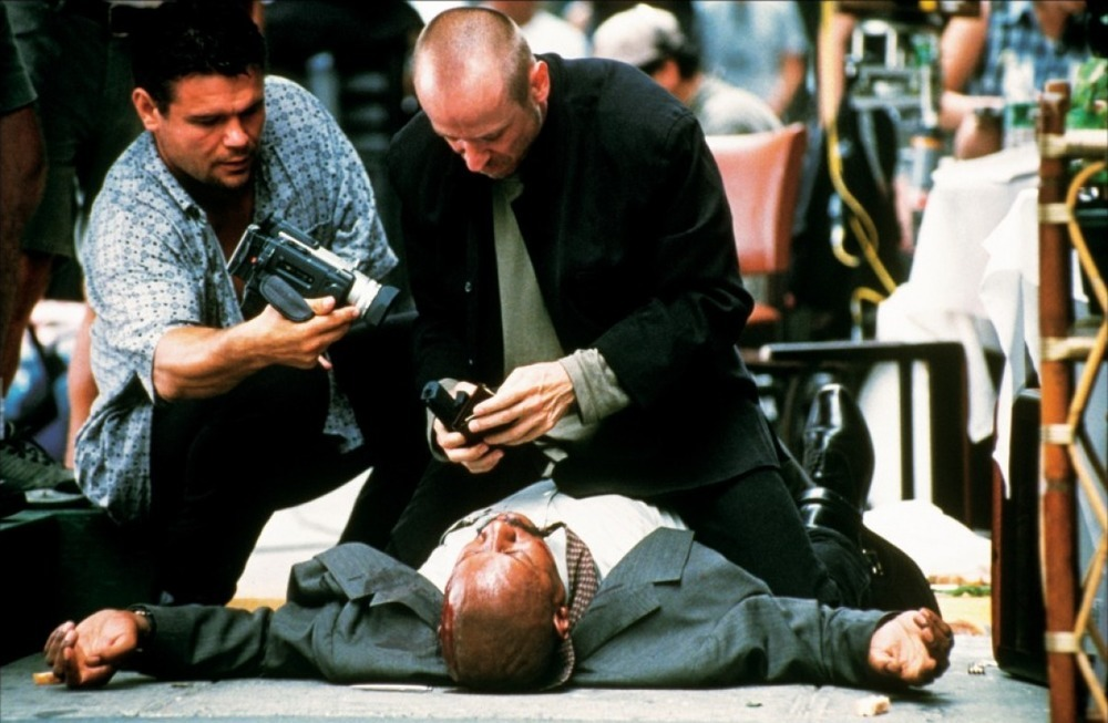 Media-obsessed killers (l to r) Oleg Taktarov and Karel Roden film a murder in 15 Minutes (2001)
