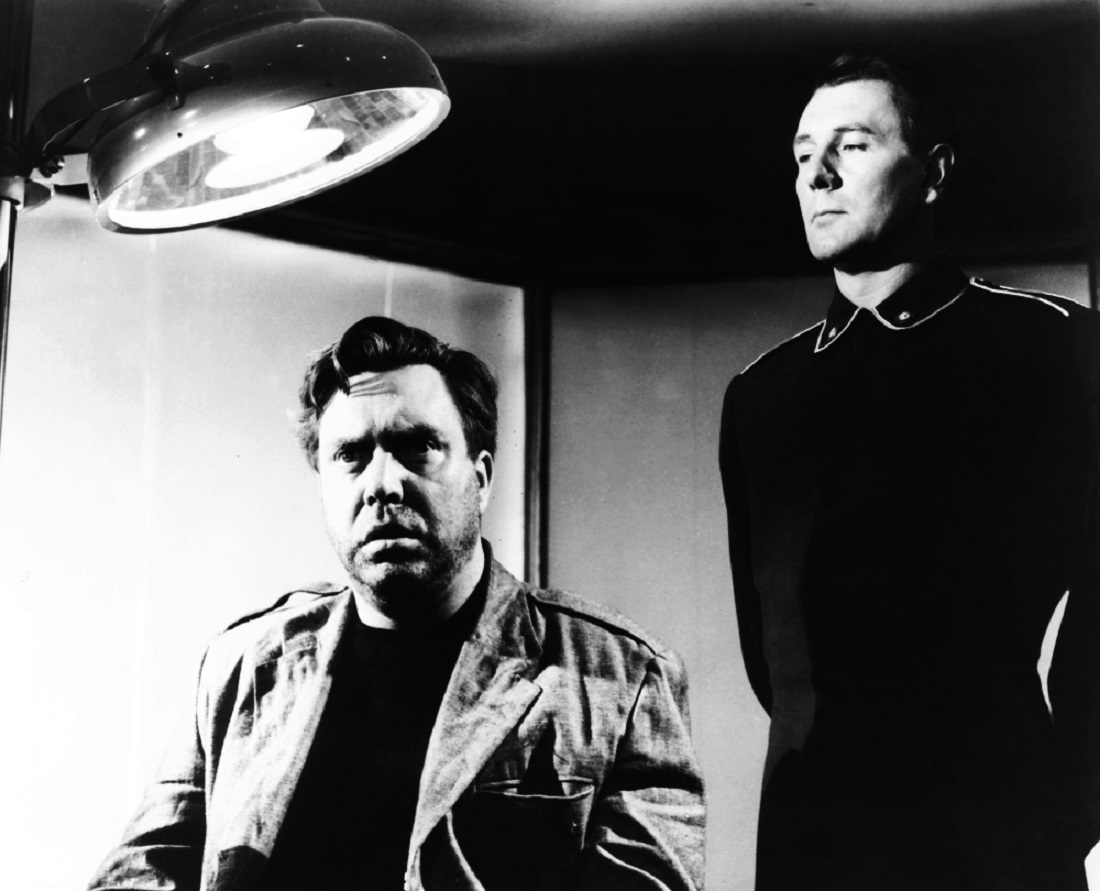 (l to r) Winston Smith (Edmond O'Brien) is interrogated by O'Connor (Michael Redgrave) in 1984 (1956)