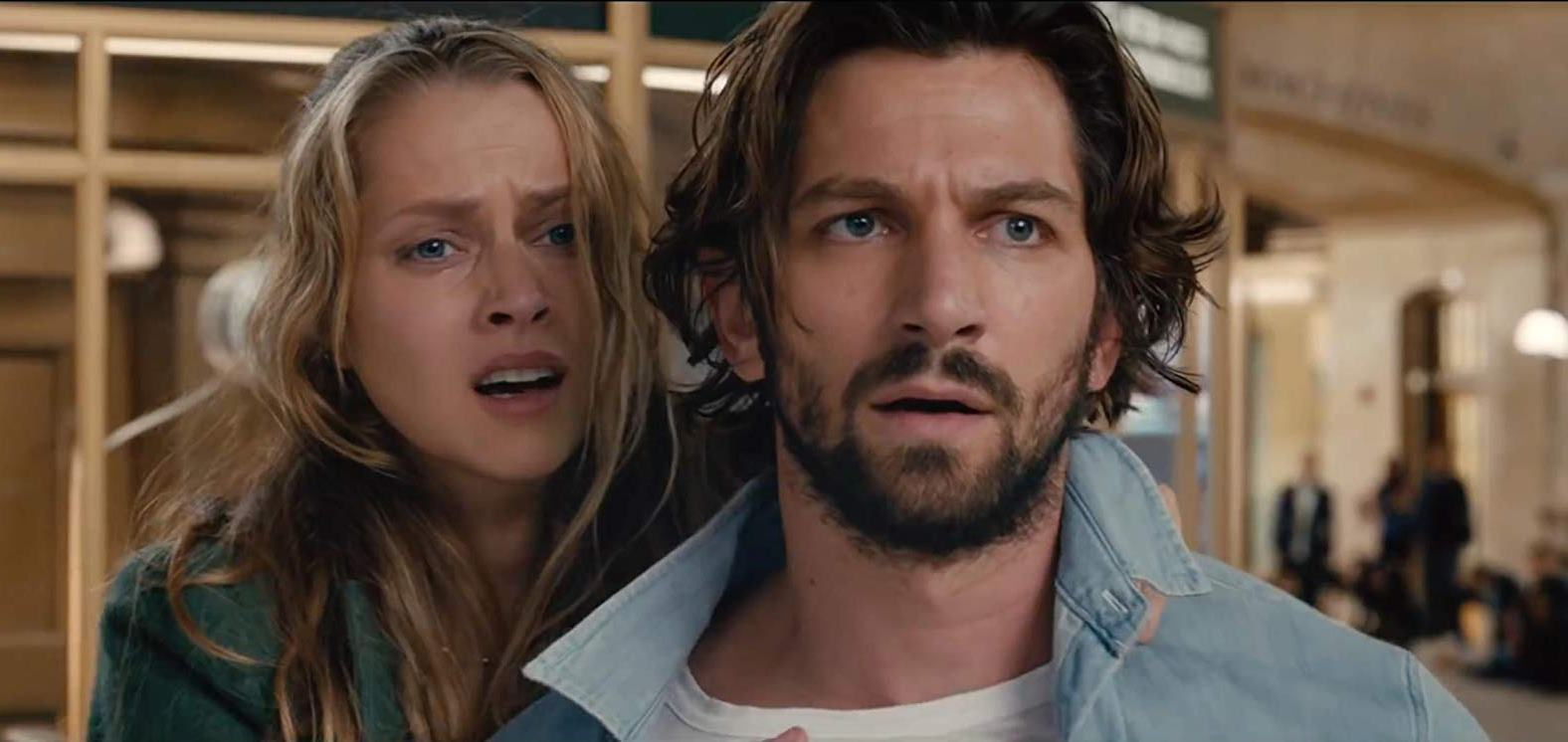 Teresa Palmer and Michiel Huisman finding themselves drawn into repeating past events in 2:22 (2017)