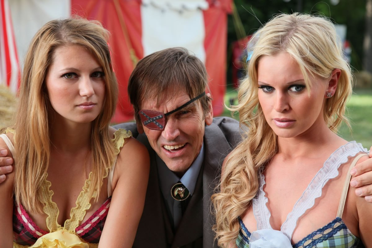 Mayor Bill Moseley flanked by reality tv sisters Asa Hope (l) and Katy Johnson (r) in 2001 Maniacs: Field of Screams (2010)