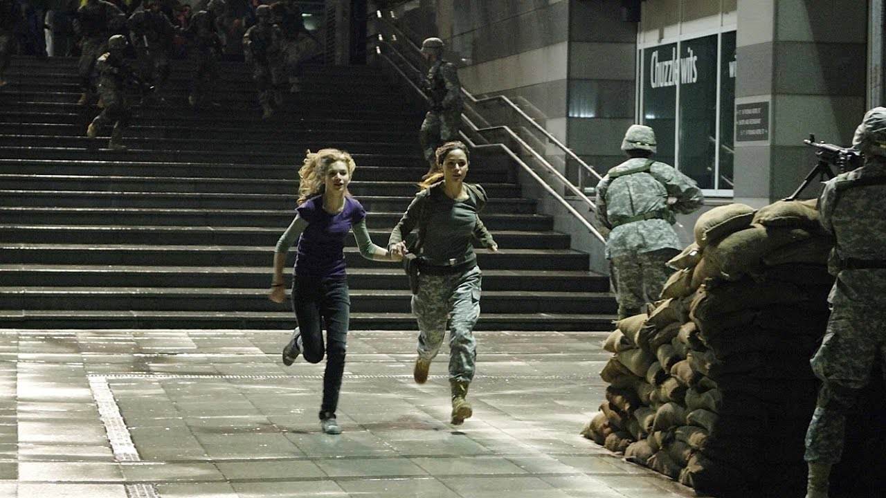 Imogen Poots, Rose Byrne flee the inflected in 28 Weeks Later (2007)