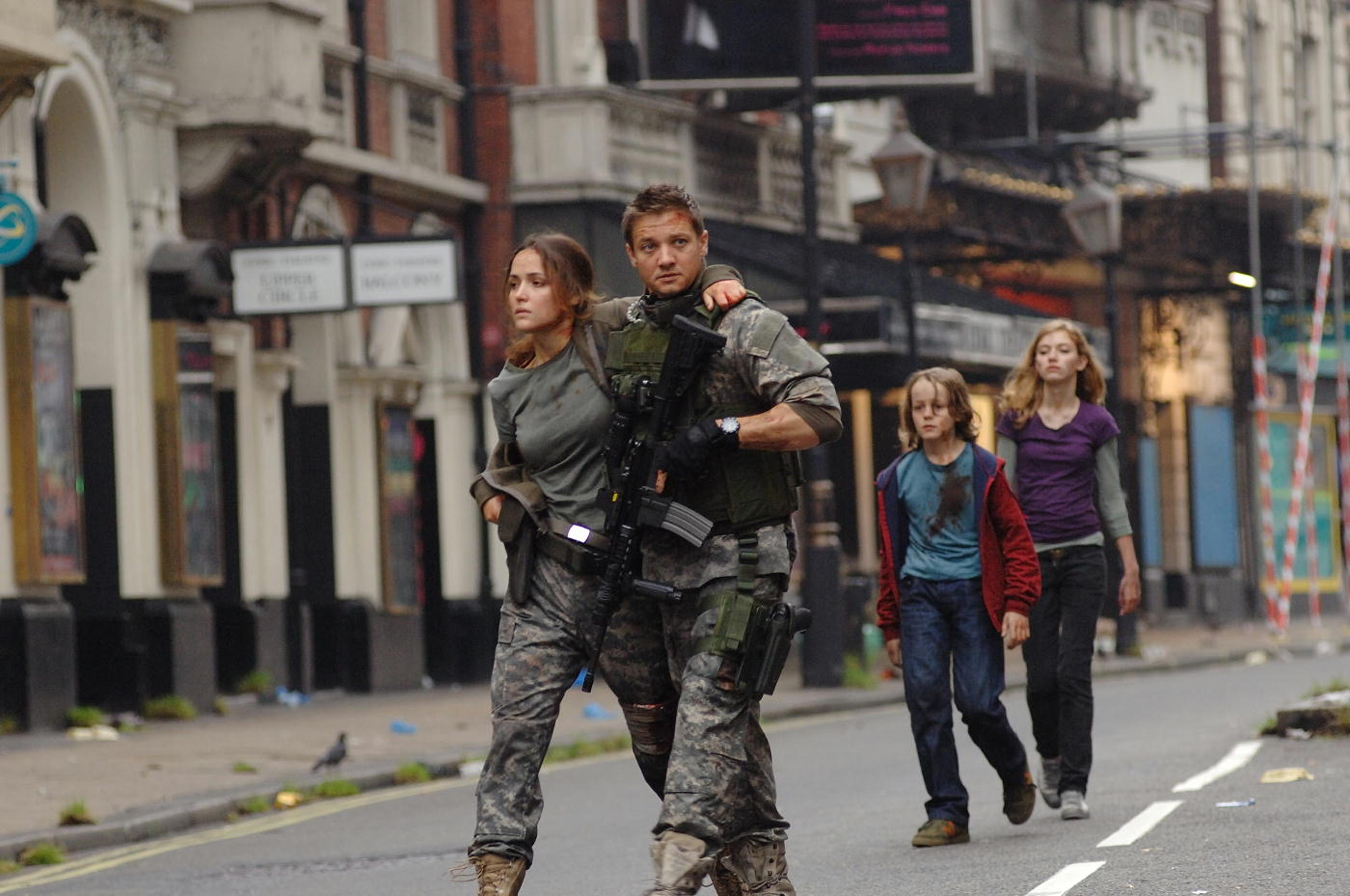 Rose Byrne, Jeremy Renner, Mackintosh Muggleton, Imogen Poots in 28 Weeks Later (2007)