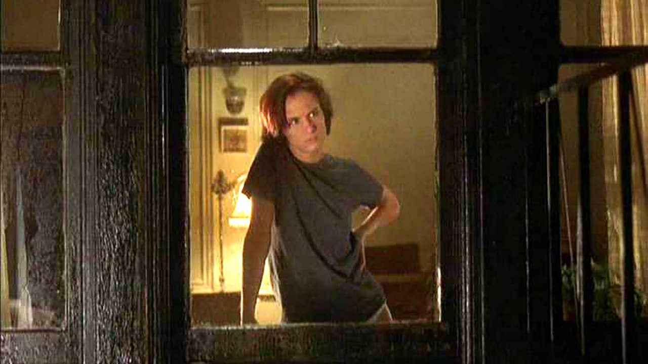Juliette Lewis in her new apartment in The 4th Floor (1999)