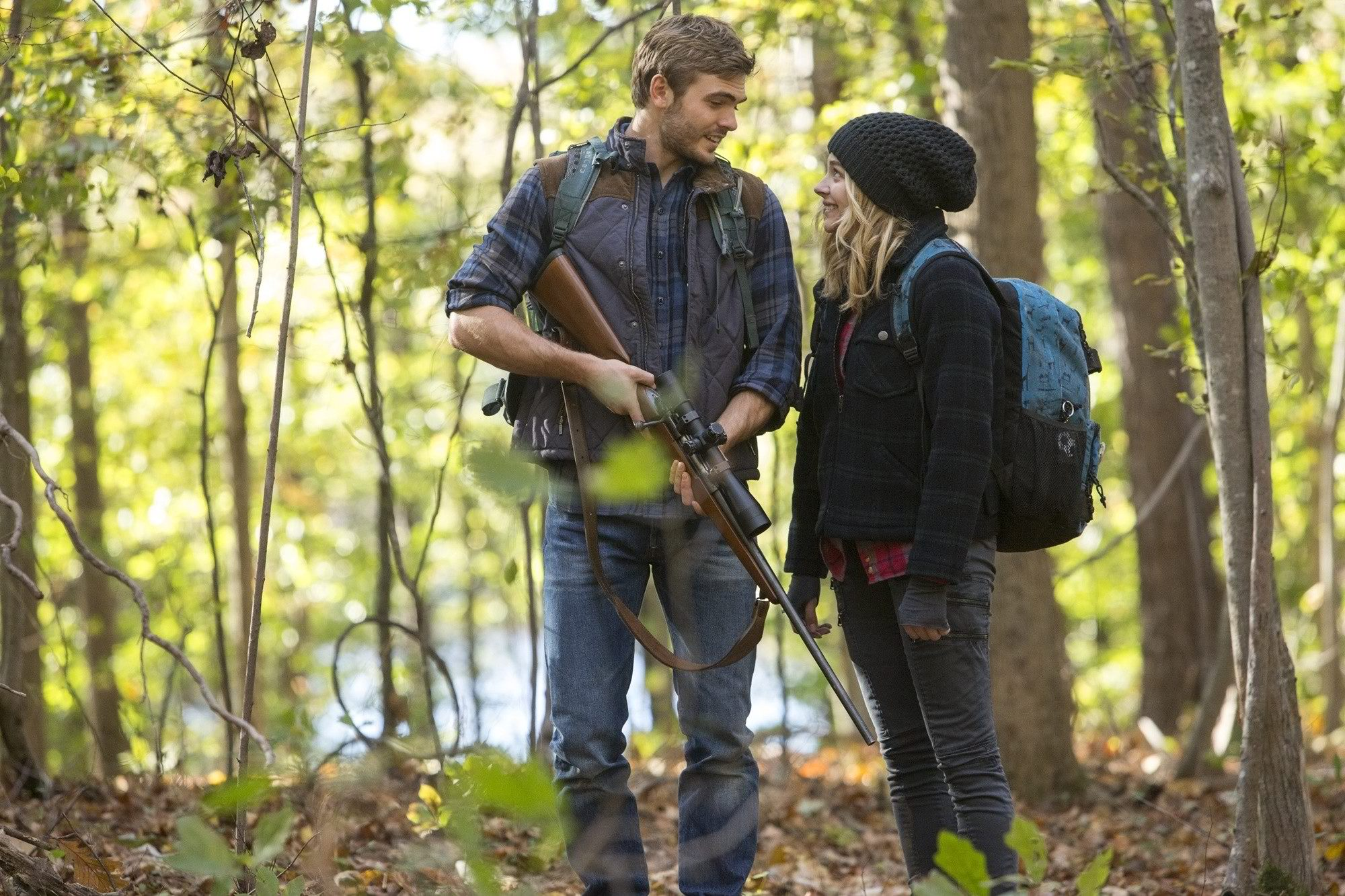 Alex Roe and Chloe Grace Moretz in The 5th Wave (2016)