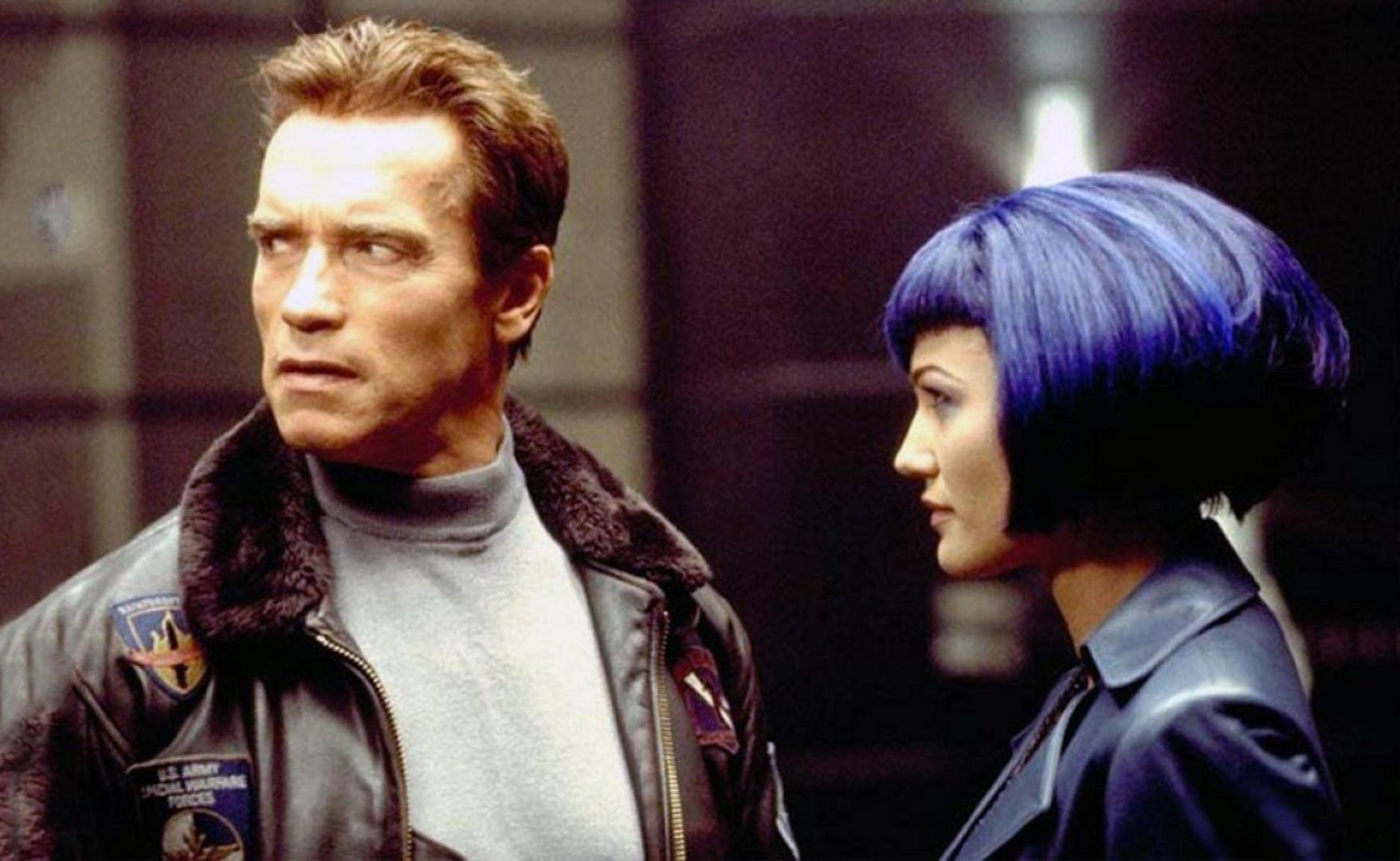 Arnold Schwarzenegger and Sarah Wynter in The 6th Day (2000)