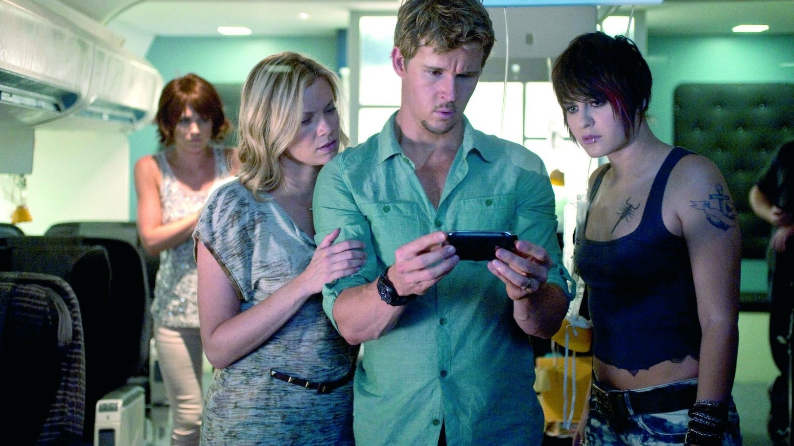 Dealing with mysterious happenings aboard a plane flight - (l to r) Nicky Whelan, Amy Smart, Ryan Kwanten and Scout Taylor-Compton in 7500 (2014)