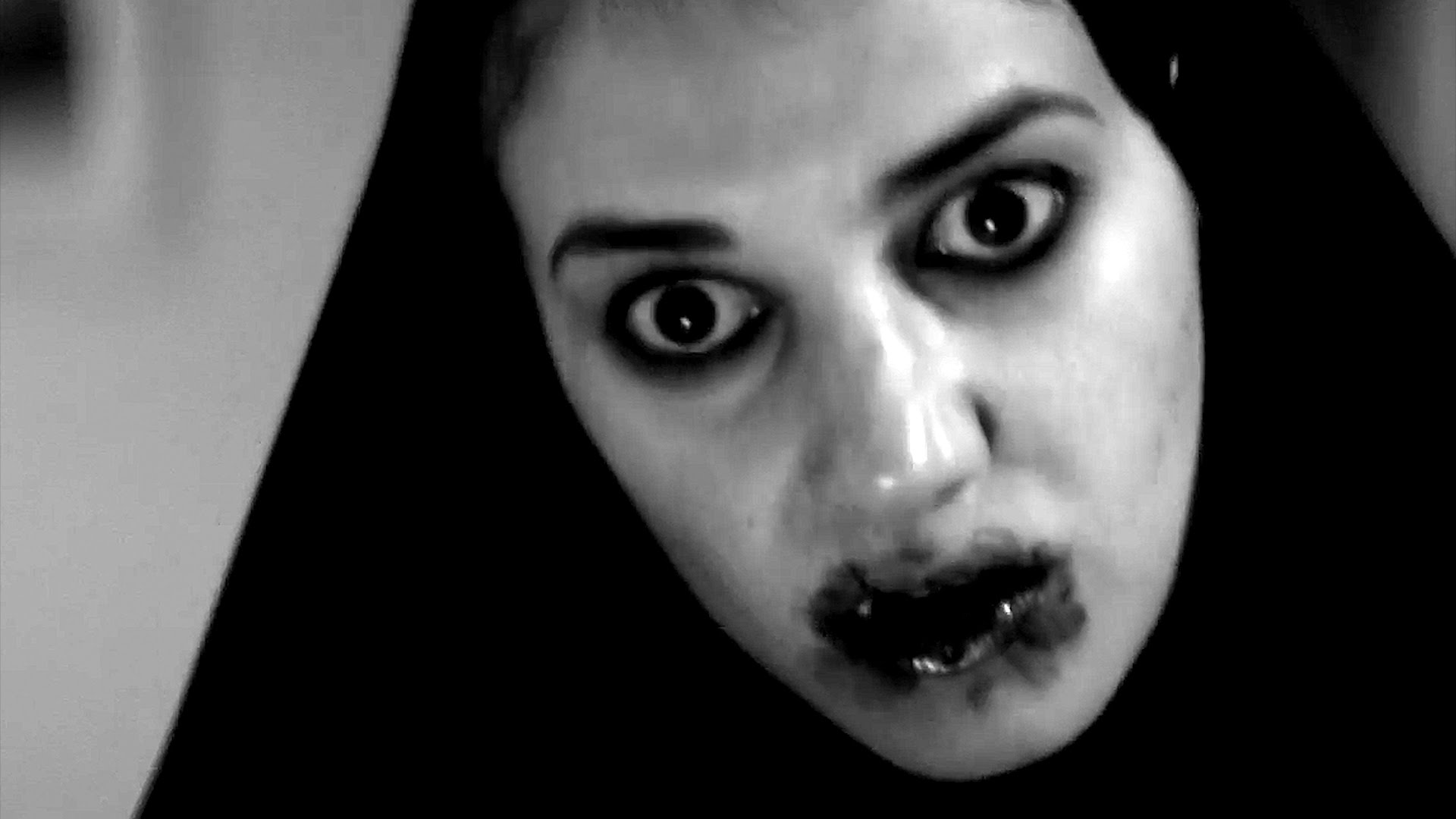 Sheila Vand as a vampire in A Girl Walks Home Alone at Night (2014) 5