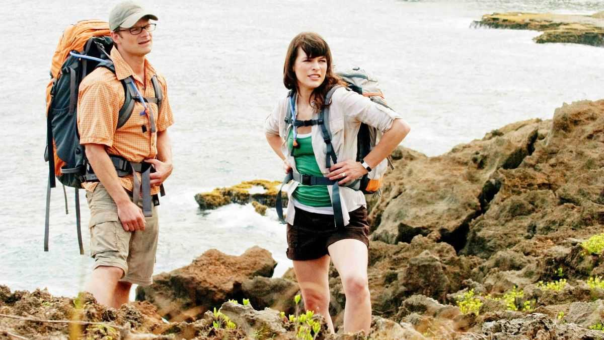 Steve Zahn and Milla Jovovich - whitehread newlyweds tramping in Hawaii in A Perfect Getaway (2009)