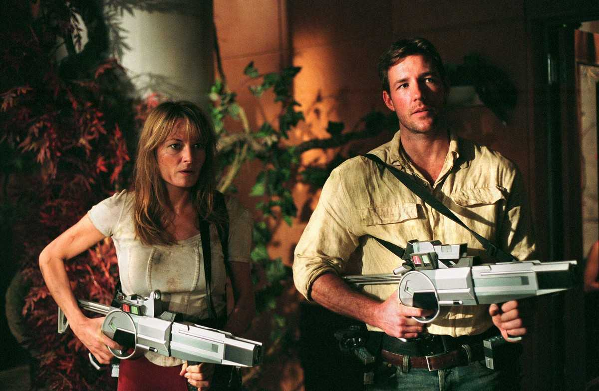 Catherine McCormack and Edward Burns hunt dinosaurs in a changed present in A Sound of Thunder (2005)
