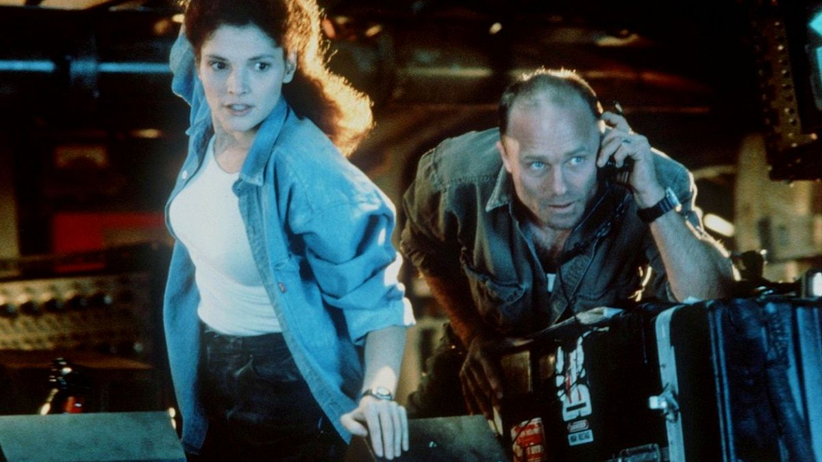 Husband and wife Mary Elizabeth Mastrantonio and Ed Harris in The Abyss (1989)