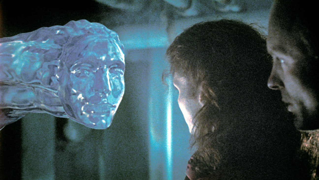 Mary Elizabeth Mastrantonio and Ed Harris encounter the alien pesudopod in The Abyss (1989)