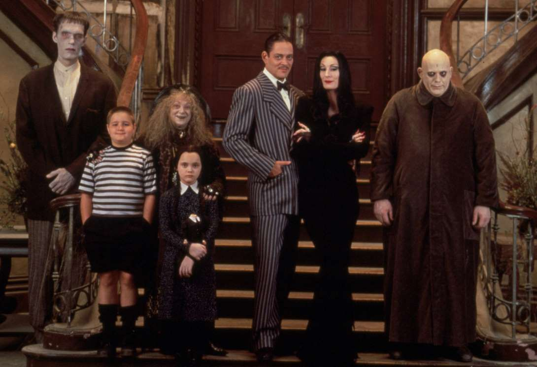 Cast line-up - (l to r) Lurch (Carel Struycken), Pugsley (Jimmy Workman), Granny (Judith Malina), Wednesday (Christina Ricci), Gomez (Raul Julia), Morticia (Anjelica Huston) and Uncle Fester (Christopher Lloyd) in The Addams Family (1991)