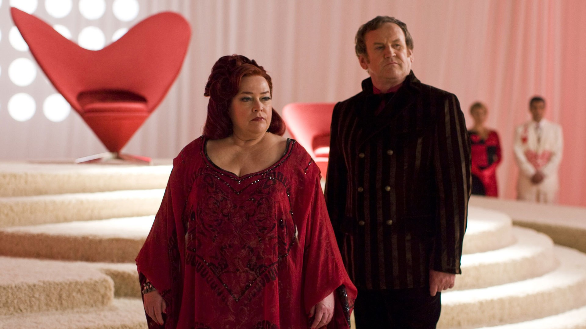 The Red Queen (Kathy Bates) and The King of Hearts (Colm Meaney) in Alice (2009)