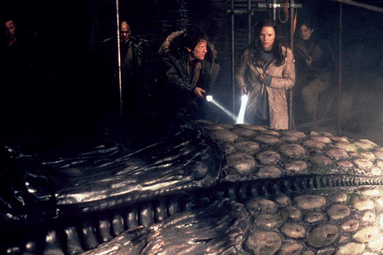 James Spader and Janine Eser examine the alien pod in Alien Hunter (2003)