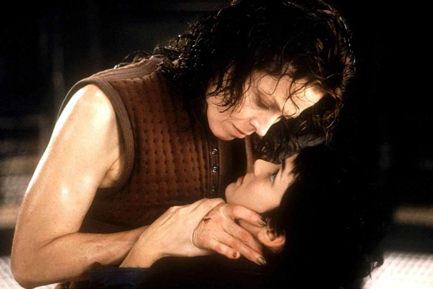 A resurrected Ripley (Sigourney Weaver) has a small disagreement with android Annalee Call (Winona Ryder) in Alien: Resurrection (1997)