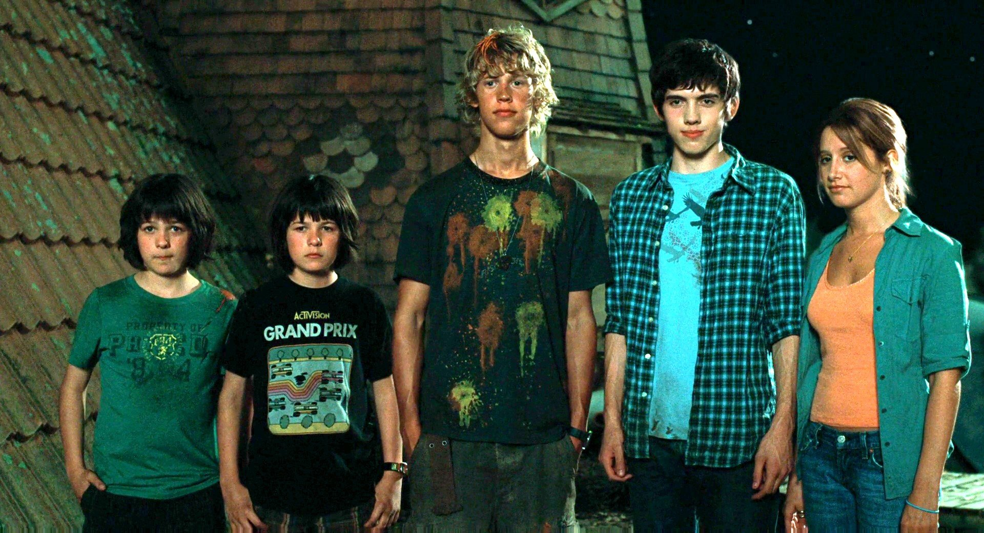 Kids dealing with aliens - (l to r) twins Henri and Regan Young, Austin Butler, Carter Jenkins and Ashley Tisdale in Aliens in the Attic (2009)