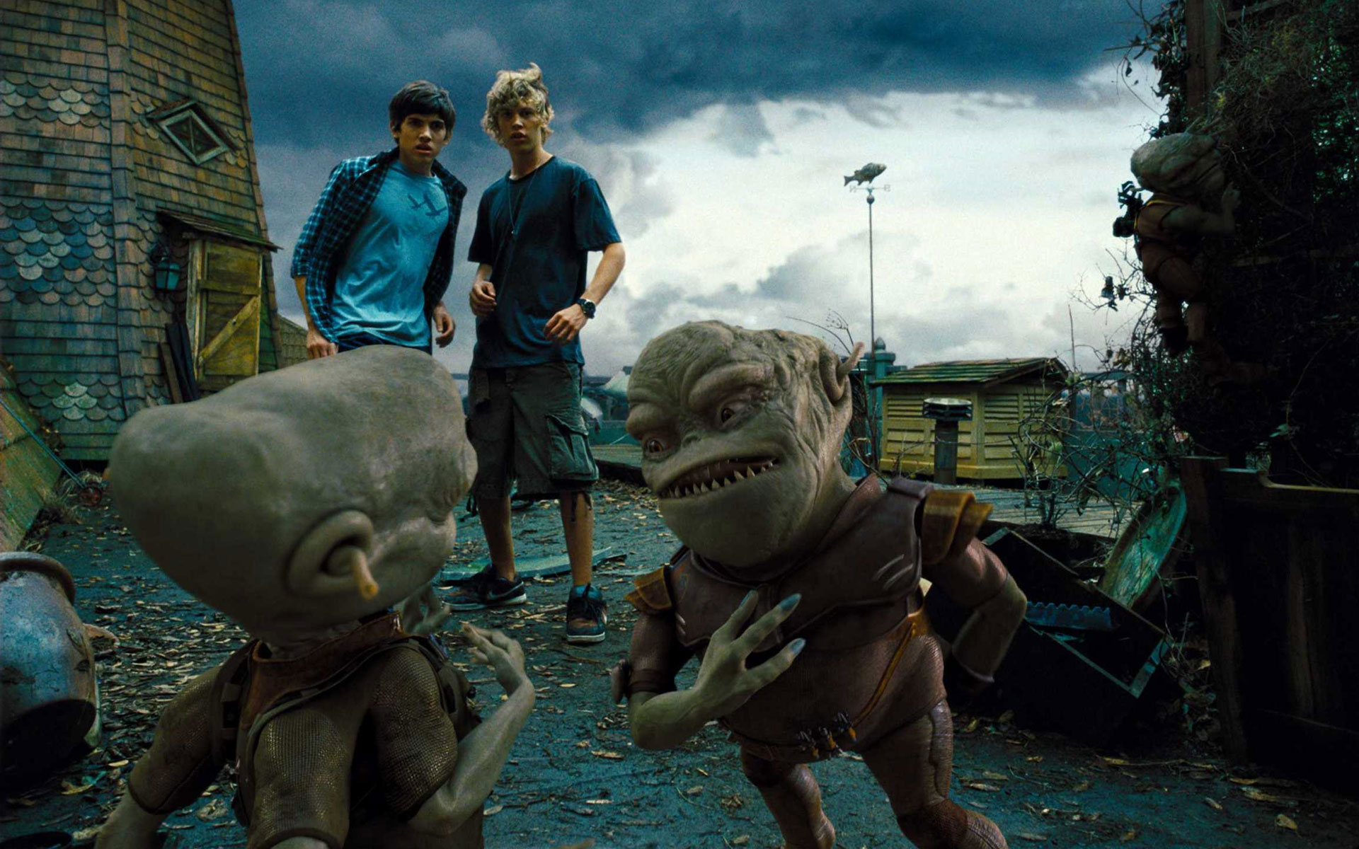 (l to r) Carter Jenkins and Austin Butler with the alien invaders in Aliens in the Attic (2009)