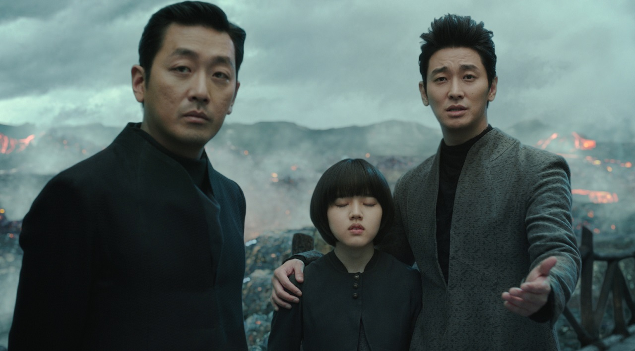 The guardians Gang-lim (Ha Jung-woo), Lee Deok-choon (Kim Hyang-gi) and Haewonmak (Ju Ji Hoon) in Along with the Gods: The Last 49 Days (2018)