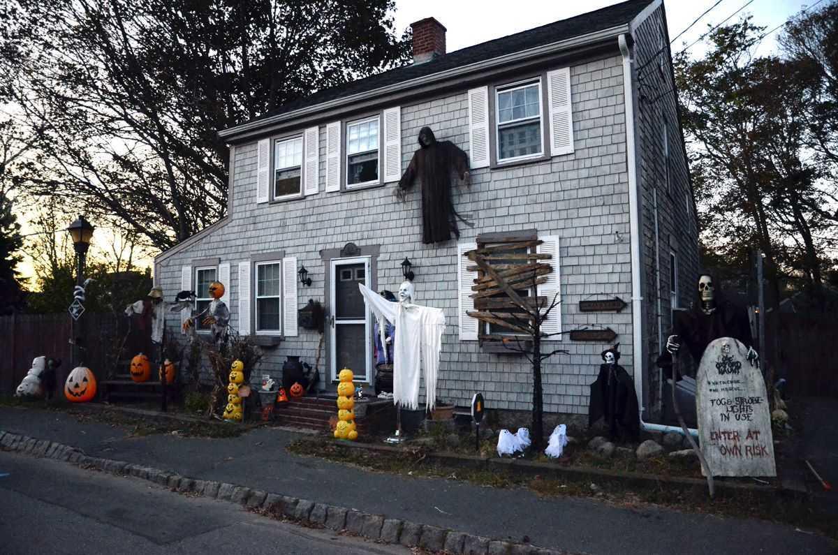 Charting the phenomenon of suburban Halloween haunted house in The American Scream (2012)