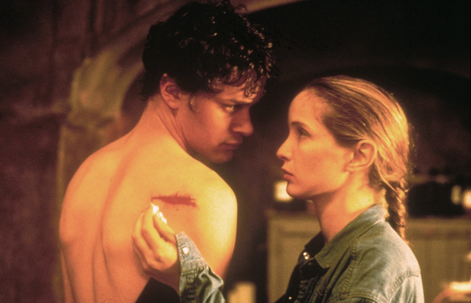 American tourist Tom Everett Scott and French girl Julie Delpy in An American Werewolf in Paris (1997)