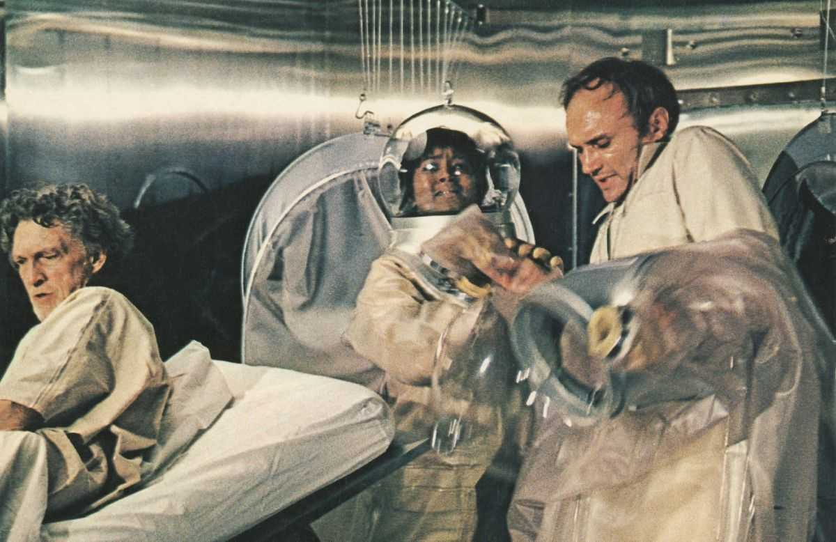 James Olsen and nurse Paula Kelly deal with the old man (George Mitchell) in The Andromeda Strain (1971)
