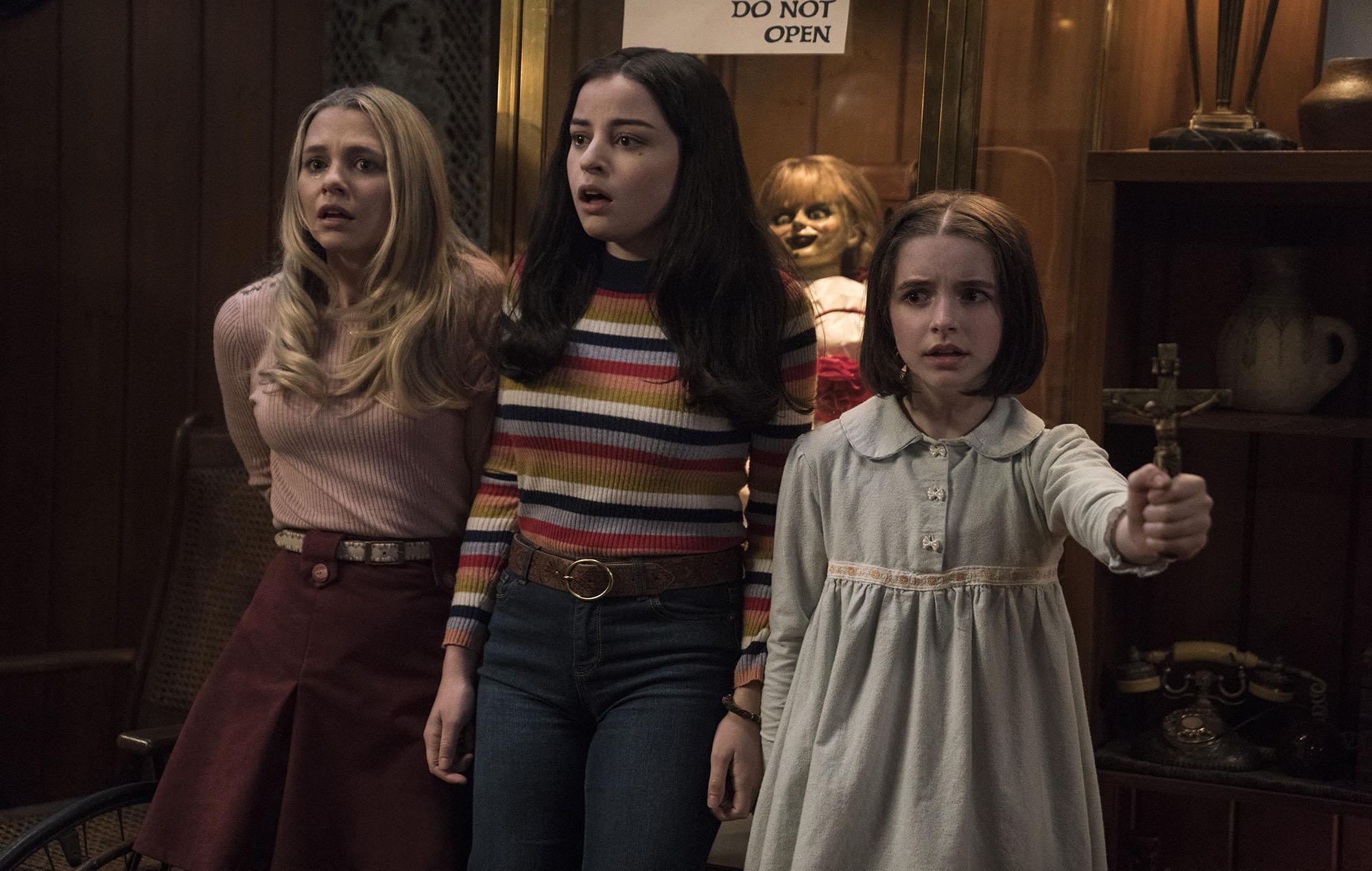 (l to r) Babysitter Madison Iseman, friend Katie Sarife and Judy Warren (McKenna Grace) in Annabelle Comes Home (2019)