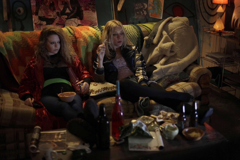 (l to r) Natasha Lyonne and Chloe Sevigny do some drugs in Antibirth (2016)