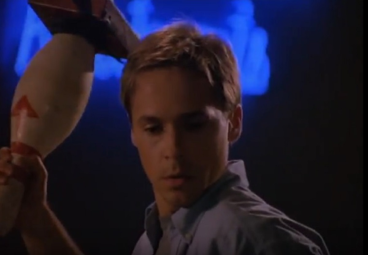 The new building manager Chad Lowe in The Apartment Complex (1999)