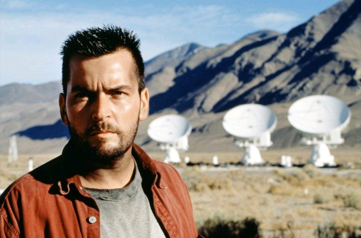 Charlie Sheen as radio astronomer Zane Zaminski in The Arrival (1996)