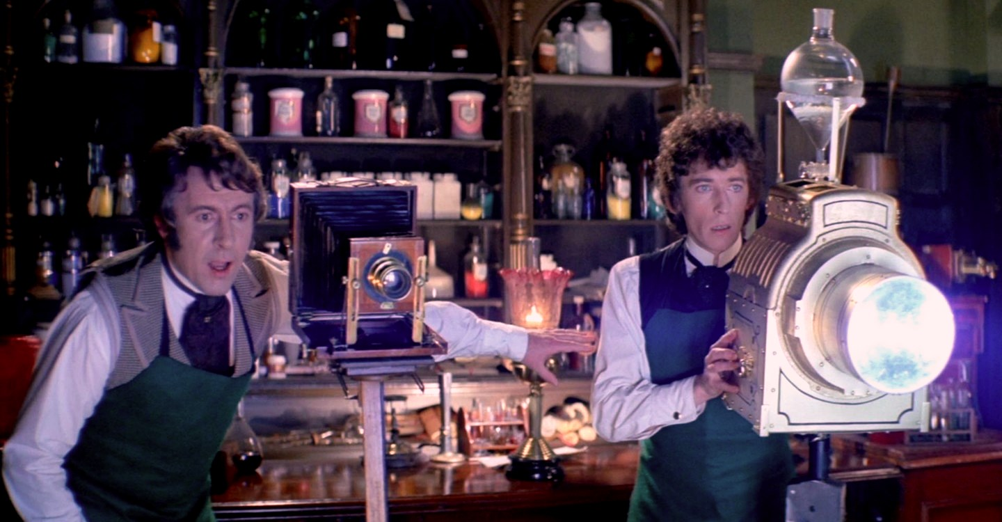 (l to r) Scientists Robert Stephens and Robert Powell experimenting to capture the spirit of death in The Asphyx (1972)