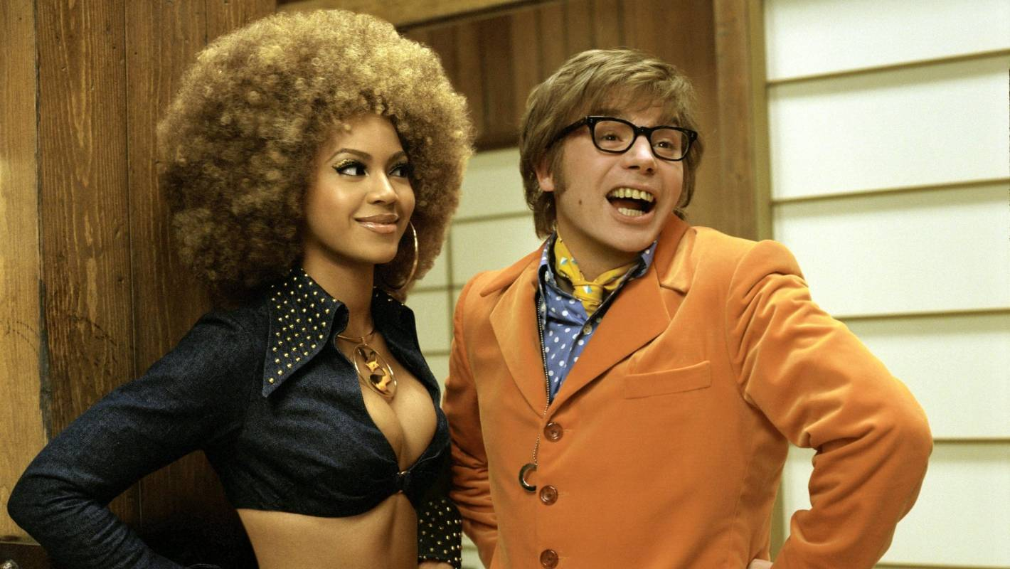 Austin Powers (Mike Myers) with CIA agent Foxxy Cleopatra (Beyoncé Knowles) in Austin Powers in Goldmember (2002)