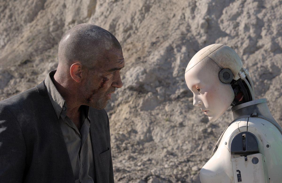Antonio Banderas among the robots in Automata (2014)