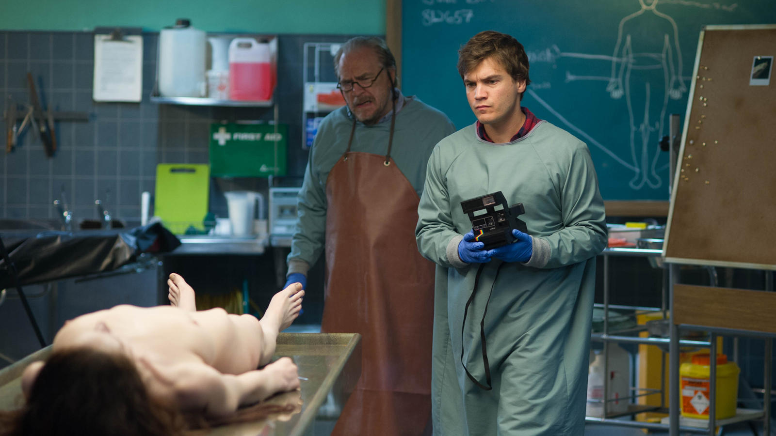 Coroner Brian Cox and son Emile Hirsch examine the corpse of Jane Doe (Olwen Kelly) in The Autopsy of Jane Doe (2016)