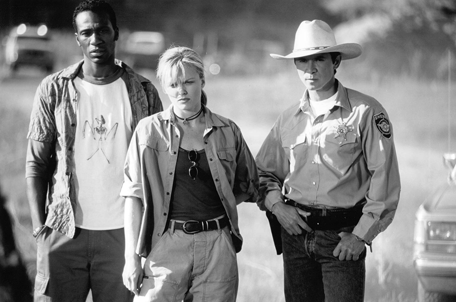 (l to r) Leon, bat expert Dina Meyer and sheriff Lou Diamond Phillips in Bats (1999)