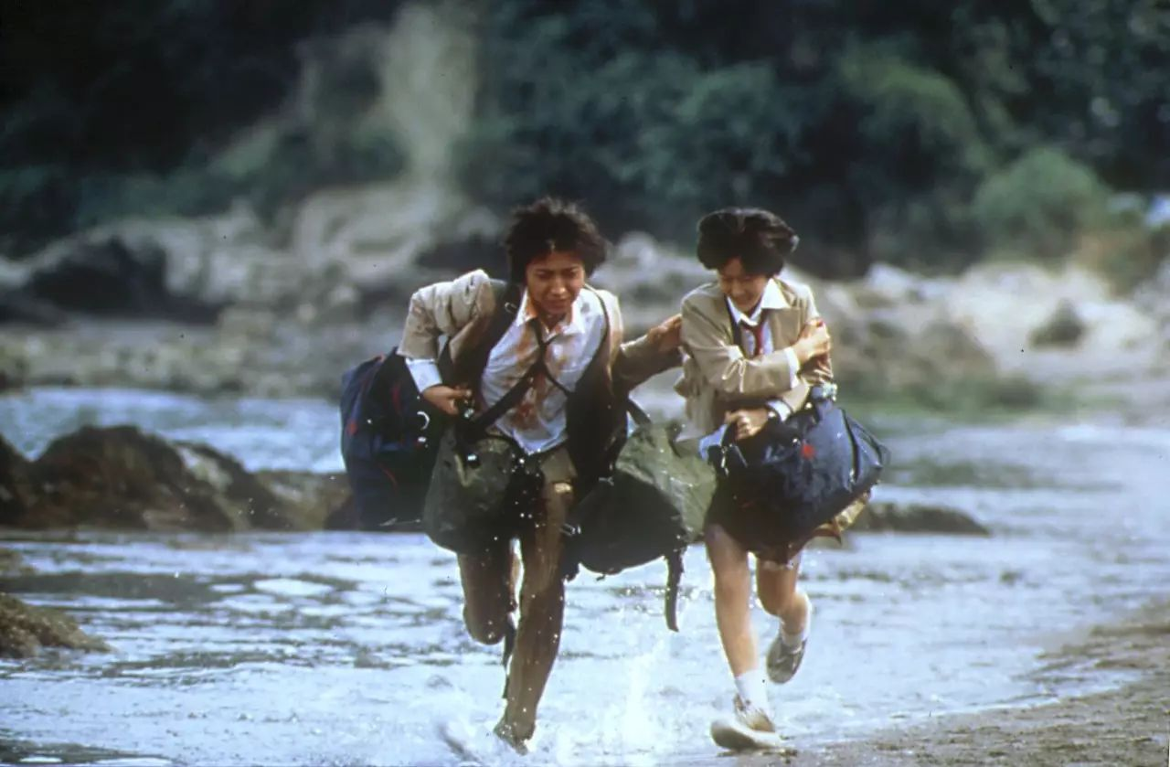 Tatsuya Fujiwara and Aki Maeda on the run in Battle Royale (2000)