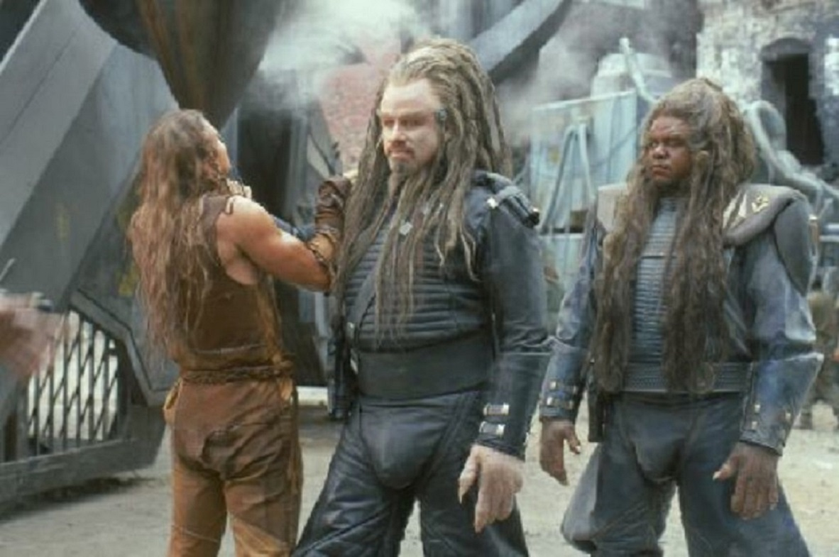 (l to r) Jonnie Goodboy Tyler (Barry Pepper) has a disagreement with Psychlo leader Terl (John Travolta) and his lieutenant Ker (Forest Whitaker) in Battlefield Earth: A Saga of the Year 3000 (2000)