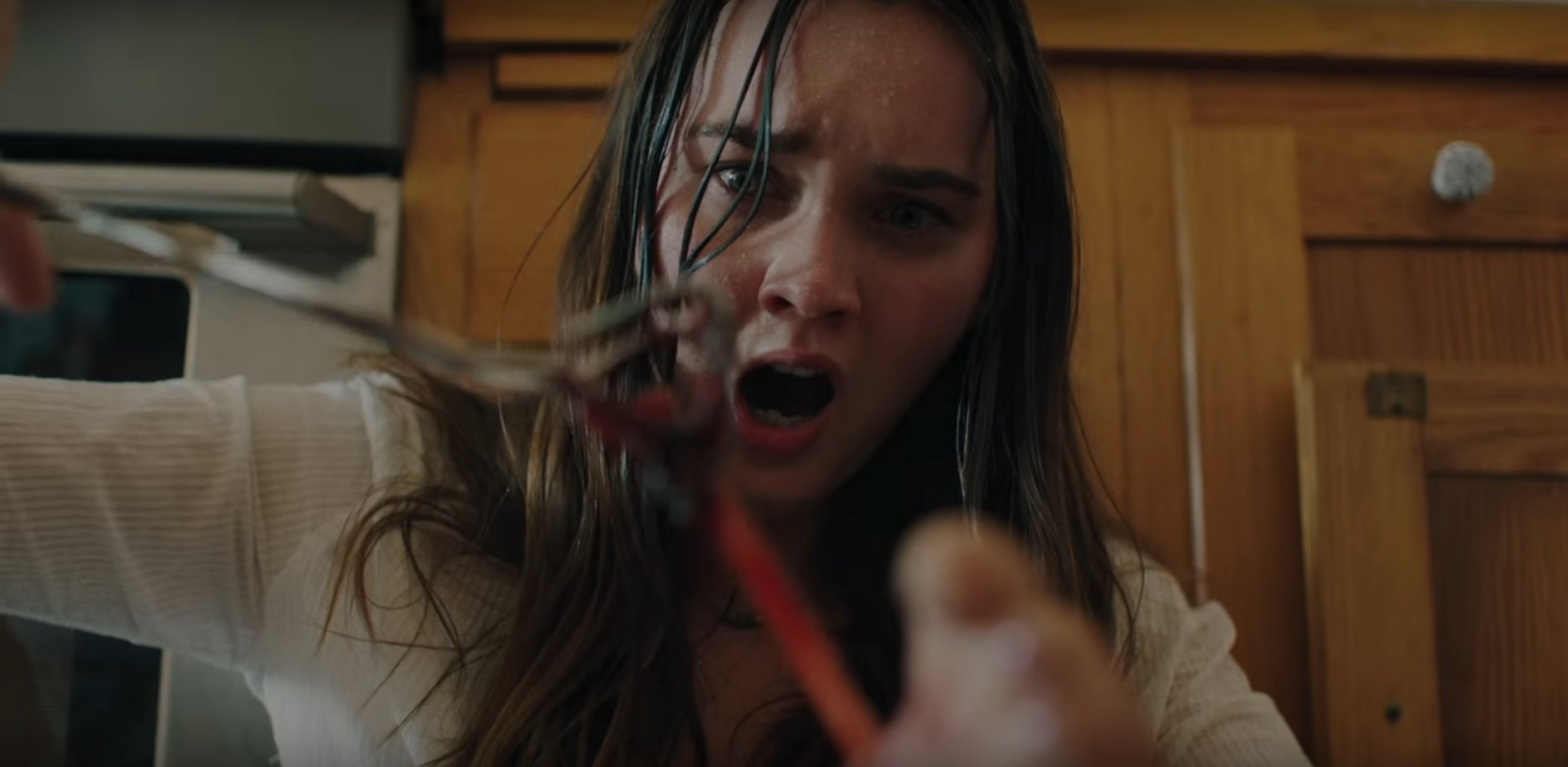 Liana Liberato extracts the parasite from her foot in The Beach House (2019)