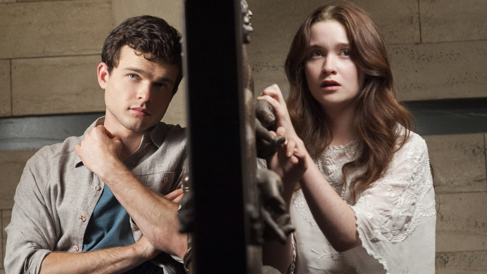 Ethan Wate (Alden Ehrenreich) and Lena Duchannes (Alice Englert) in Beautiful Creatures (2013)