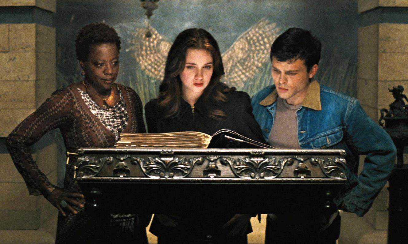 Viola Davis, Alice Englert and Alden Ehrenreich read the scrolls in Beautiful Creatures (2013)