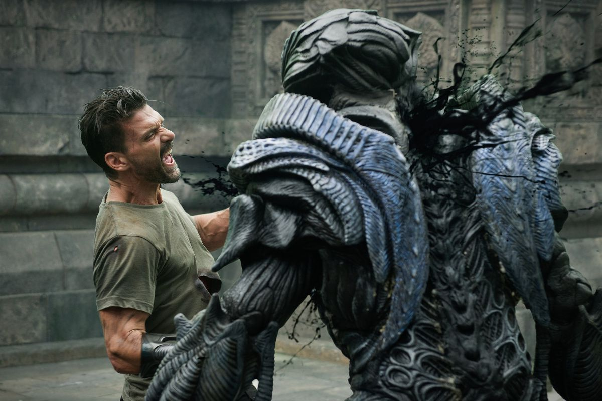 Frank Grillo takes on an alien in hand-to-hand combat in Beyond Skyline (2017)