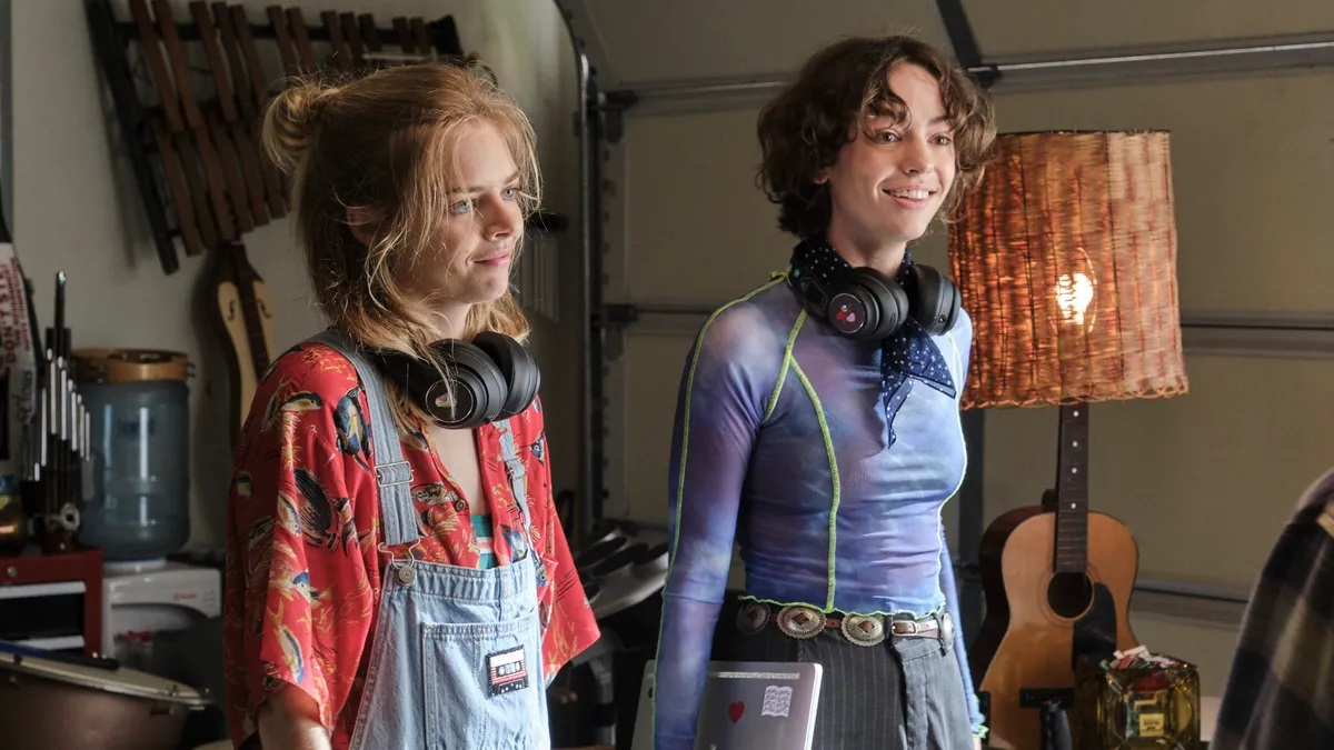 The daughters - Thea (Samara Weaving) and Billie (Brigette Lundy-Paine) in Bill & Ted Face the Music (2020)