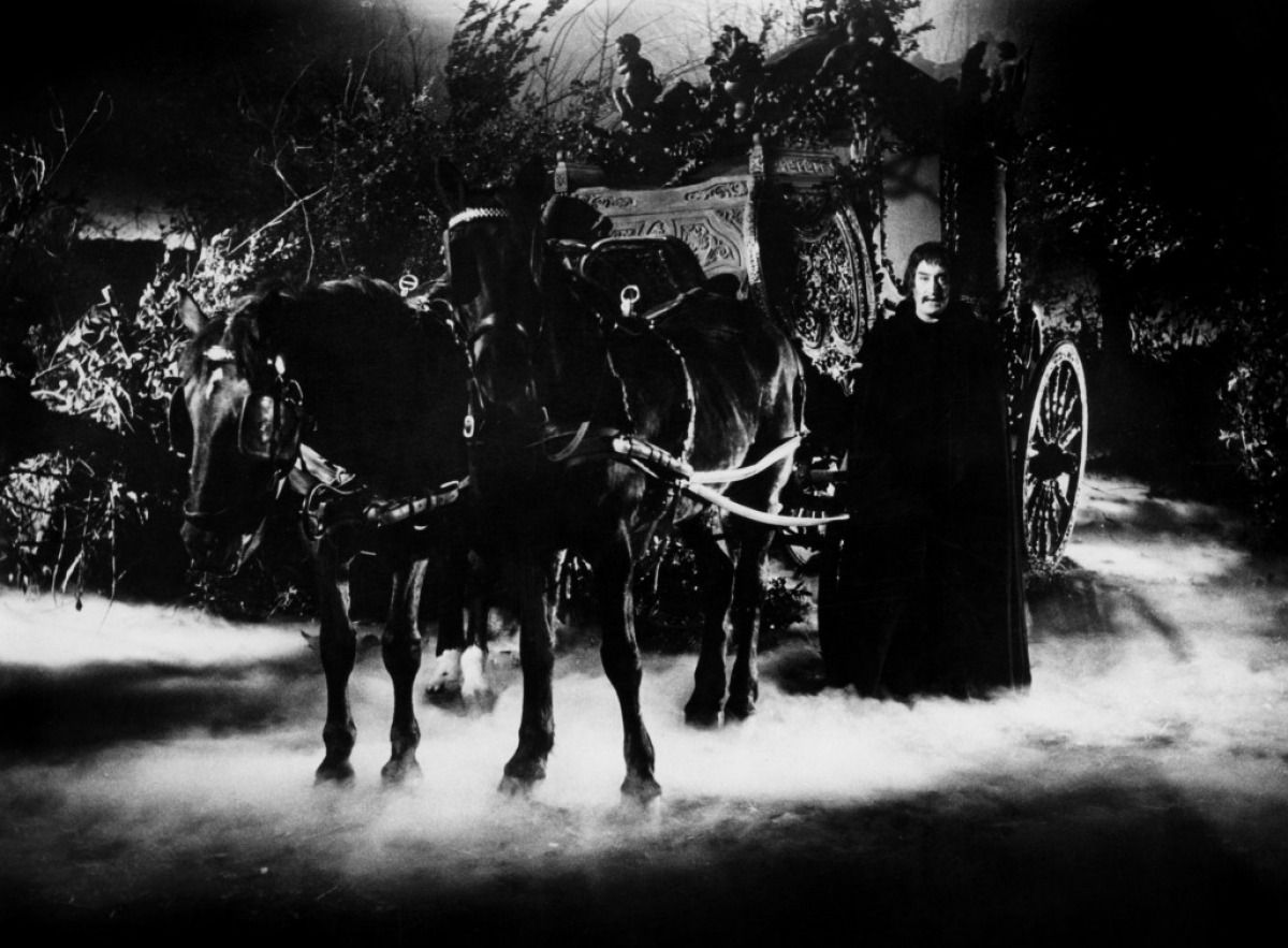 Arturo Dominici waits by the carriage in Black Sunday (1960)