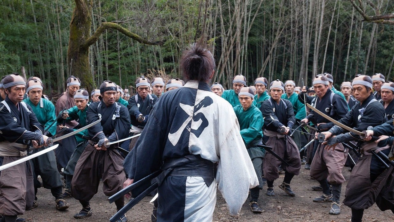 Manji (Takuya Kimura) faces a hundred samurai in Blade of the Immortal (2017)