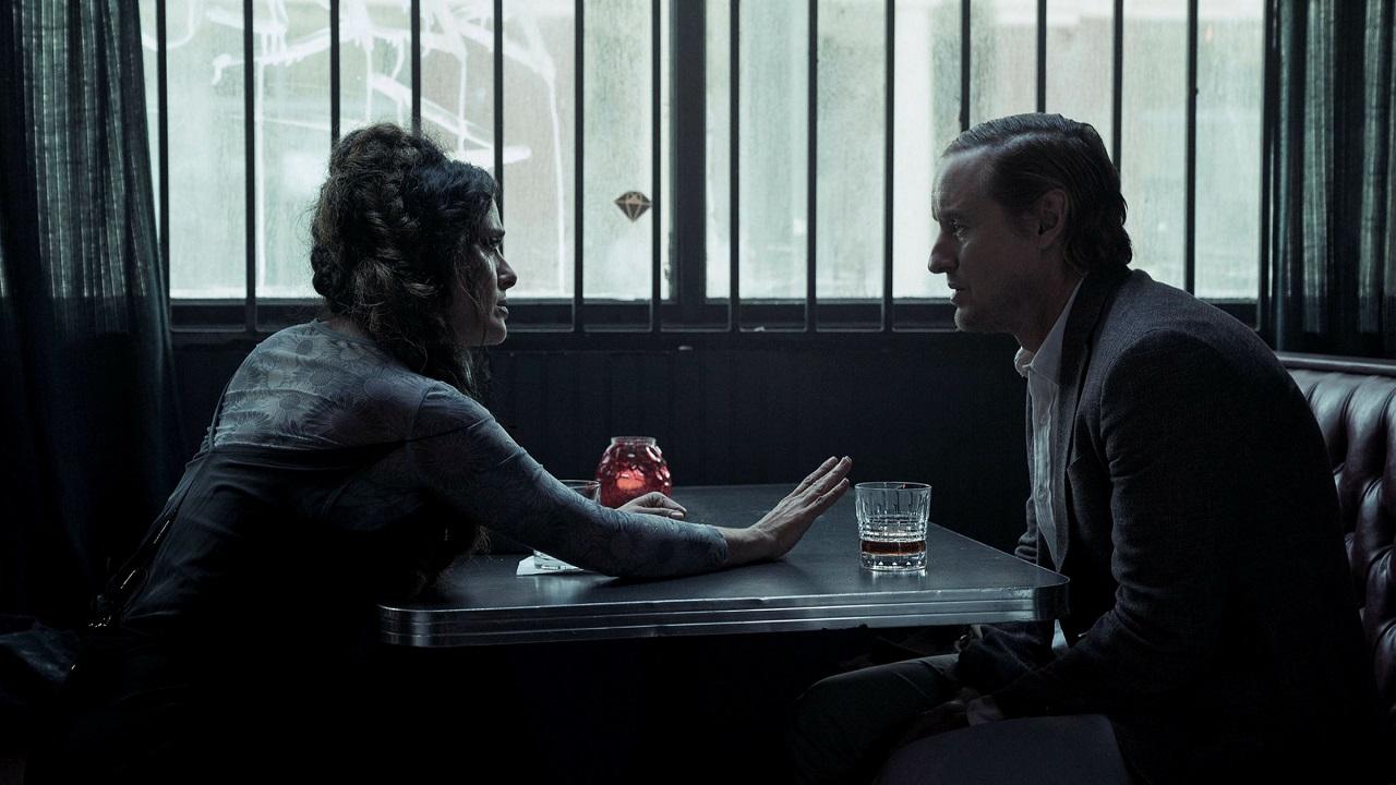 Salma Hayek persuades Owen Wilson he is in a virtual reality simulation in Bliss (2021)