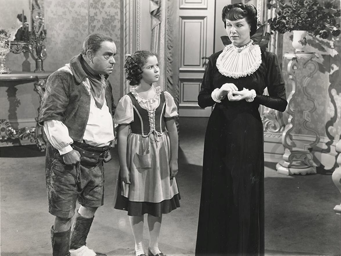 Mytyl (Shirley Temple) surrounded by Tylo (Eddie Collins) and Tylette (Gale Sondergaard) in The Blue Bird (1940)