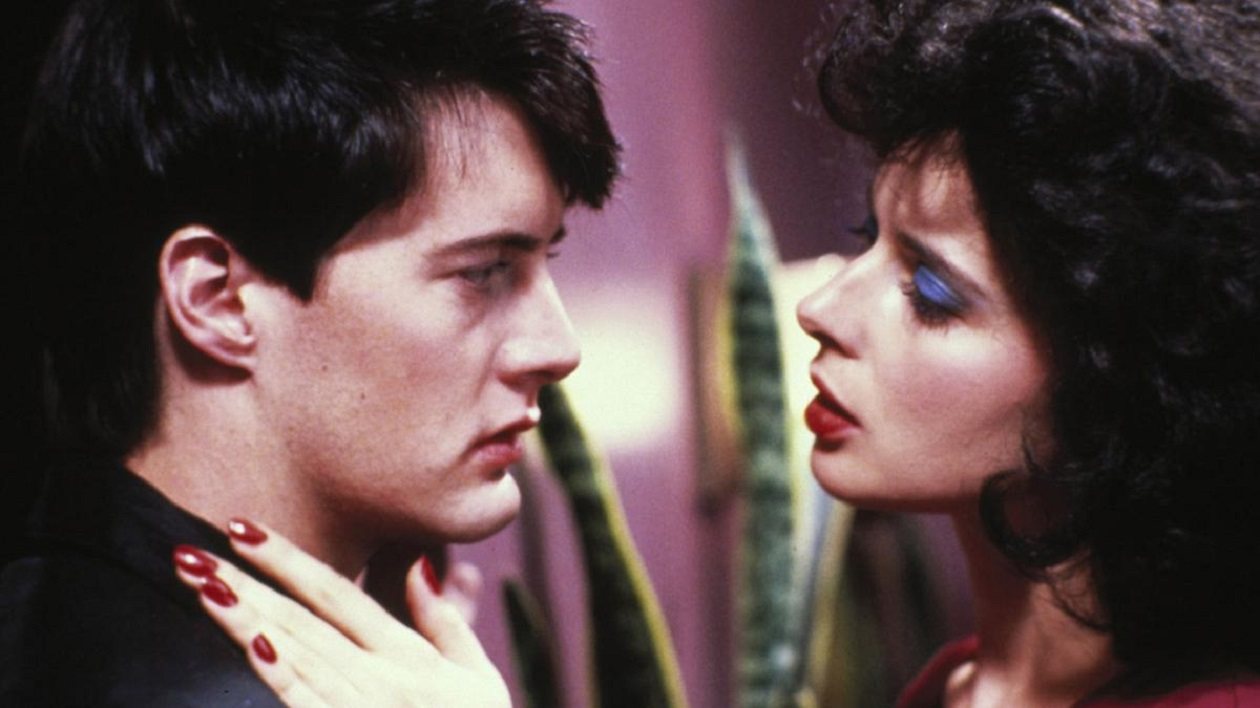 Cleancut college kid Jeffrey Beaumont (Kyle Macachlan) drawn into an obsessive relationship with nightclub singer Dorothy Vallens (Isabella Rossellini) in Blue Velvet (1986)