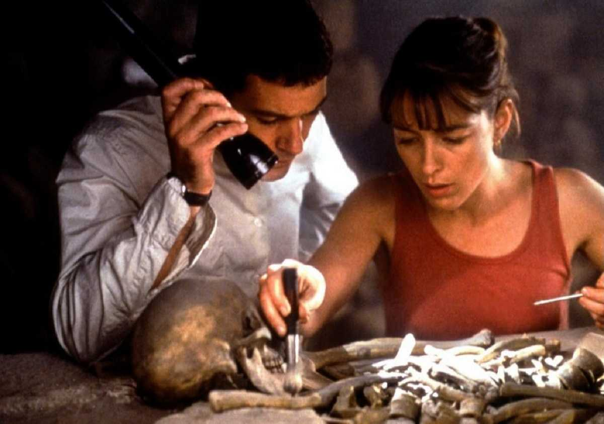 Catholic priest Antonio Banderas and archaeologist Olivia Williams in The Body (2001)