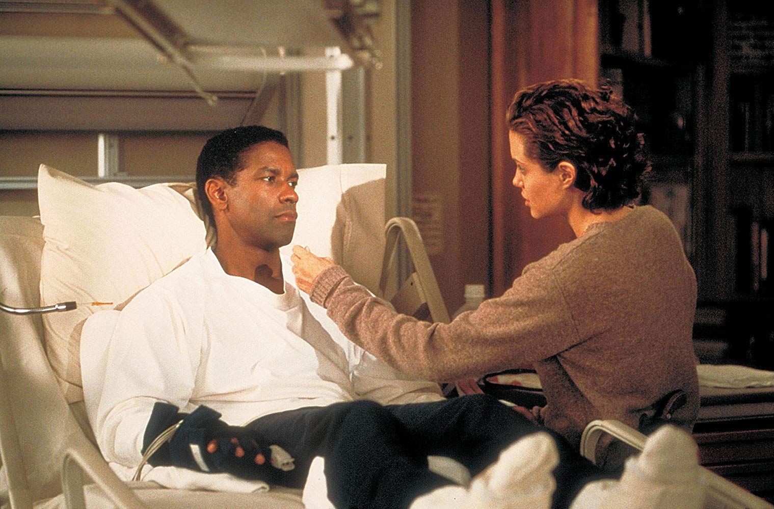 Denzel Washington as Lincoln Rhyme and Angelina Jolie as Amelia Donaghy in The Bone Collector (1999)