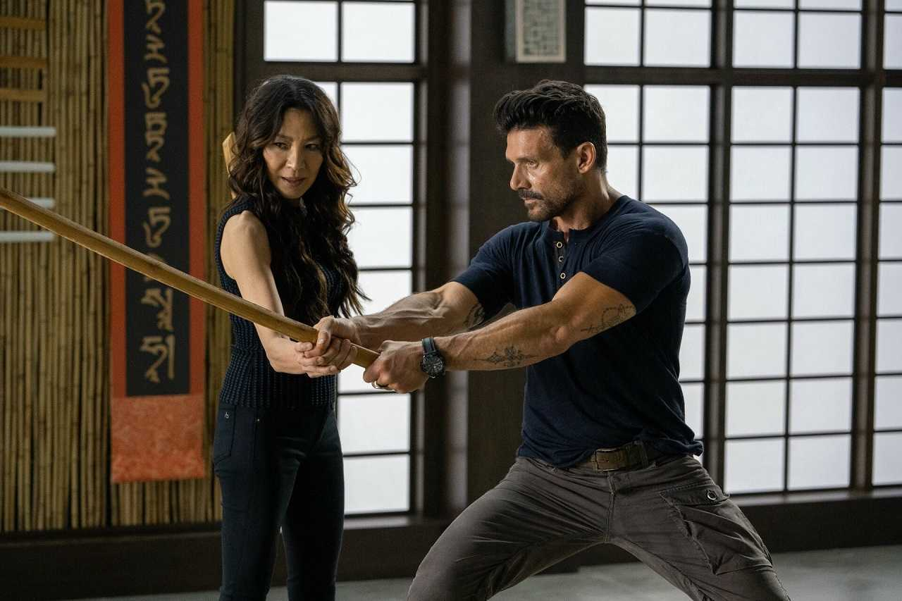 Roy Pulver (Frank Grillo) receives sword instruction from Dai Feng (Michelle Yeoh) in Boss Level (2020)